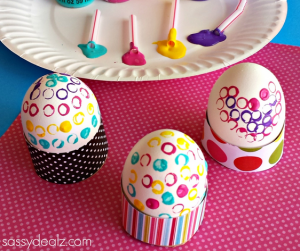 straw painting eggs